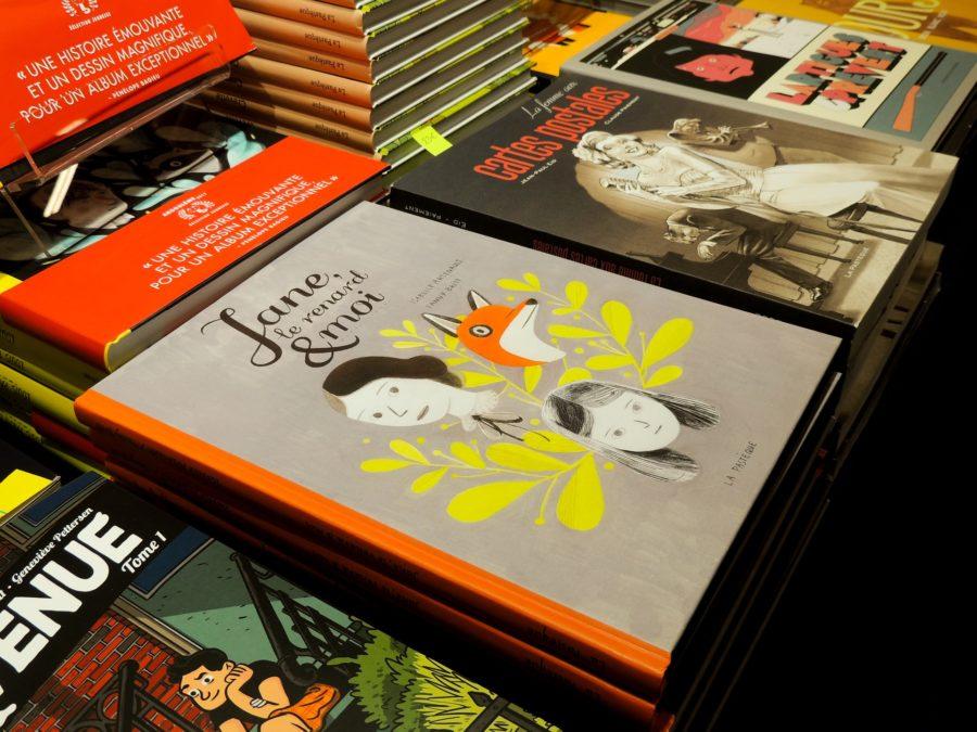Promouvoir un livre sur une table à l'entrée d'une librairie