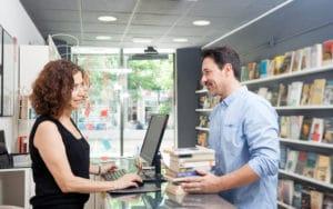 client achète des livres en librairie